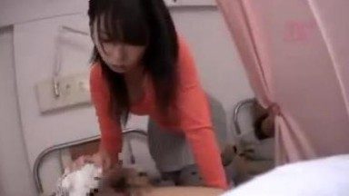 住院时的我狂插来隔壁病床探病女孩的嫩穴01
